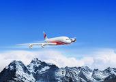 Witte passagiersvliegtuig boven de bergen — Stockfoto