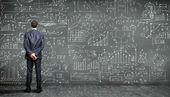 Pessoa de negócios contra o quadro-negro — Foto Stock