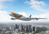 Aereo passeggeri bianchi volano sopra una città — Foto Stock