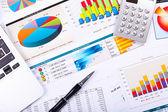 Papiers financiers sur la table — Photo