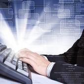 Computer-tastatur und social-media-bilder — Stockfoto