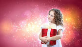 šťastná dívka otevření krabičky — Stock fotografie