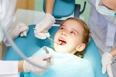 Küçük kız ziyaret dişçi — Stok fotoğraf