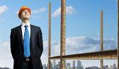 Empresário de pé com roupa no local de construção — Fotografia Stock