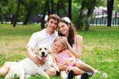 Gelukkige familie plezier buitenshuis — Stockfoto