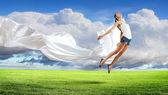 современный стиль танцор против голубого неба — Стоковое фото