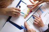 Finansal kağıtları masaya — Stok fotoğraf