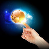 手触摸地球 — 图库照片