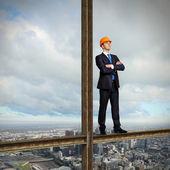 бизнесмен, стоя на месте строительства — Стоковое фото