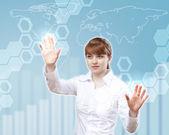 Weibliche wissenschaftler arbeiten mit einer virtuellen schnittstelle — Stockfoto
