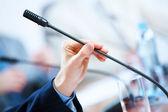 Salle de conférence avec microphones — Photo