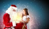 Noel baba portresi bir kızla — Stok fotoğraf