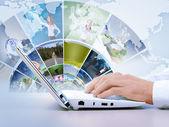 Teclado de la computadora y las imágenes de los medios sociales — Foto de Stock