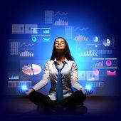 Affärskvinna med finansiella symboler runt — Stockfoto