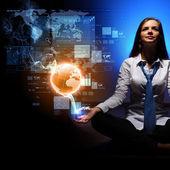 ビジネスの女性の周り金融シンボルと — ストック写真