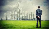 Empresário contra cityscape — Foto Stock