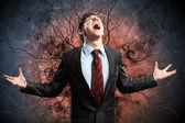 Uomo d'affari in collera con i pugni serrati urlando — Foto Stock