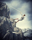 Businesswoman climbing mountain — Stock fotografie
