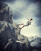 Montanha escalada de empresária — Foto Stock
