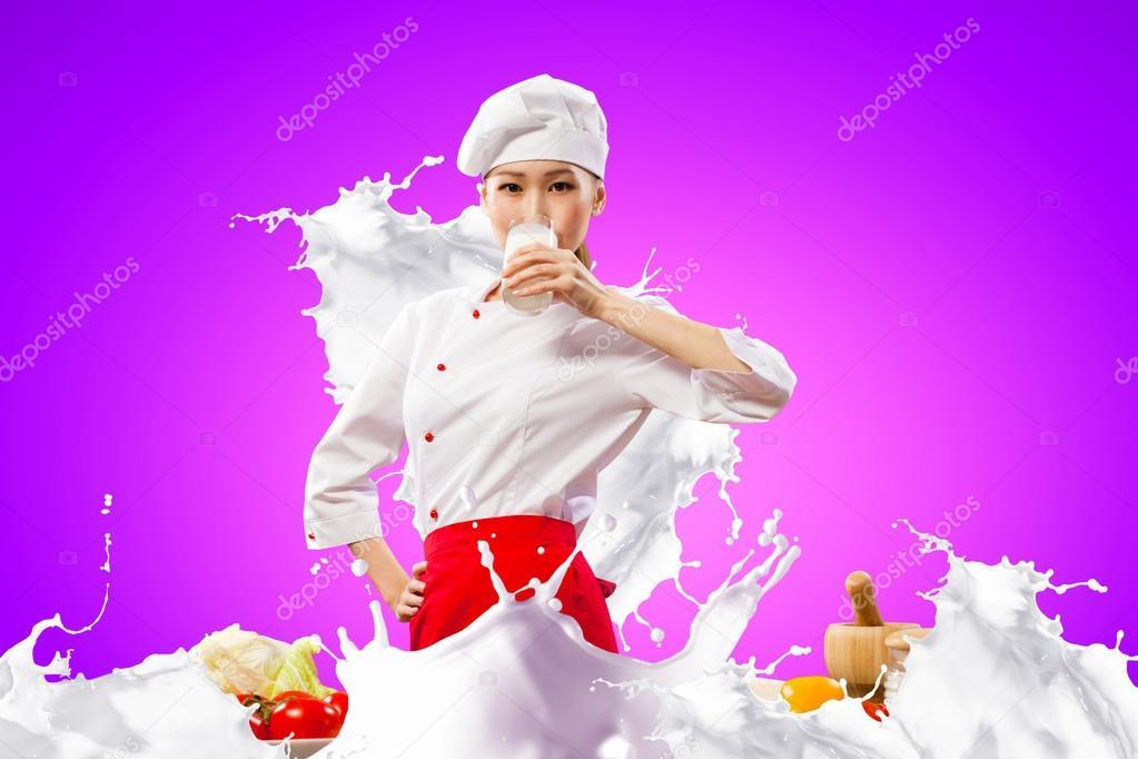 Девушка брызгается молоком фото 398-815