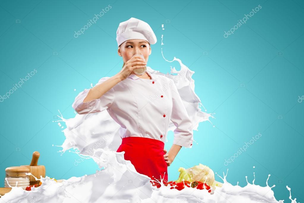 Девушка брызгается молоком фото 398-209