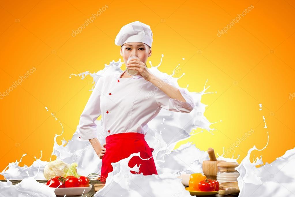 Девушка брызгается молоком фото 398-91