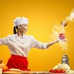 asiatische Köchin mit Messer — Stockfoto