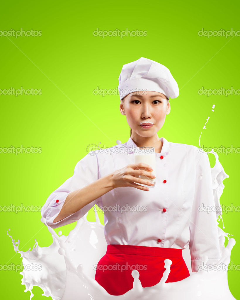 Девушка брызгается молоком фото 398-613