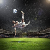 ボールを打つのフットボール選手 — ストック写真