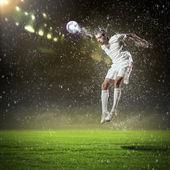 Fotbollsspelare slående bollen — Stockfoto