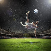 Joueur de football, frapper la boule — Photo