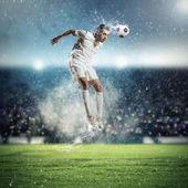 Futbolista golpeando la pelota — Foto de Stock