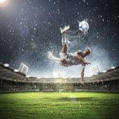 Calciatore colpisce la palla — Foto Stock