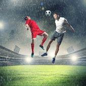 Два футболиста, ударяющие шар — Стоковое фото
