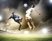Due giocatori di calcio, colpendo la palla — Foto Stock