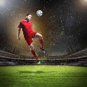 Voetballer de bal opvallend — Stockfoto