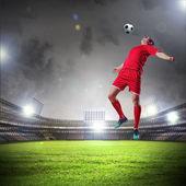 醒目的球的足球运动员 — 图库照片