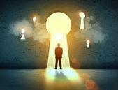 Silhouet van zakenman in sleutelgat — Stockfoto