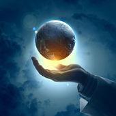 изображение планеты земля на руке — Стоковое фото
