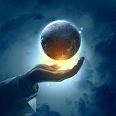 手上的地球行星的图像 — 图库照片