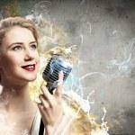 blonde Sängerin — Stockfoto