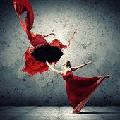 Tancerz w latające satynowa sukienka z parasolem — Zdjęcie stockowe
