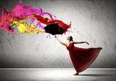 Balletdanser in vliegen satijnen jurk met paraplu — Stockfoto