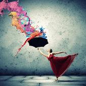 Ballett-tänzerin in fliegenden satinkleid mit regenschirm — Stockfoto