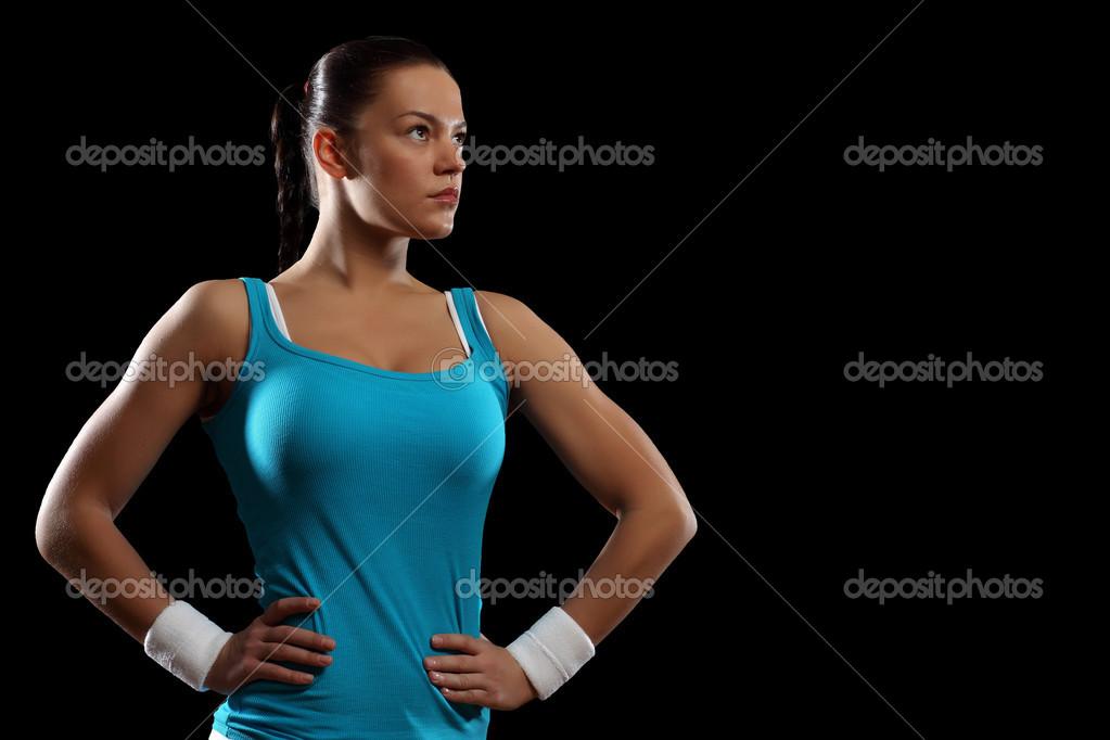 健身女人微笑站立黑色背景 — 照片作者 sergeynivens