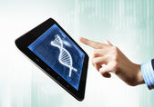 Dna strand på tablet pc-skärmen — Stockfoto