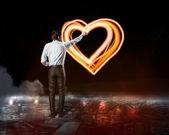 Homme d'affaires dessine un symbole du coeur — Photo