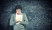 Mladý muž s papíry — Stock fotografie