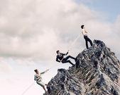Trzech ludzi biznesu, ciągnięcie liny — Zdjęcie stockowe
