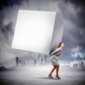 Cubo trasportante imprenditrice — Foto Stock